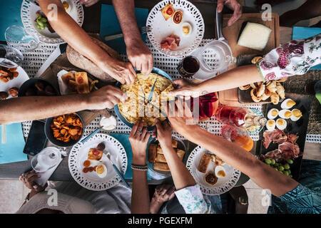 Dans la restauration traditionnelle gastronomique culinaire Partie Cheers Concept L'amitié et le dîner ensemble. Les téléphones portables sur la table, le motif et l'arrière-plan colorfu Banque D'Images