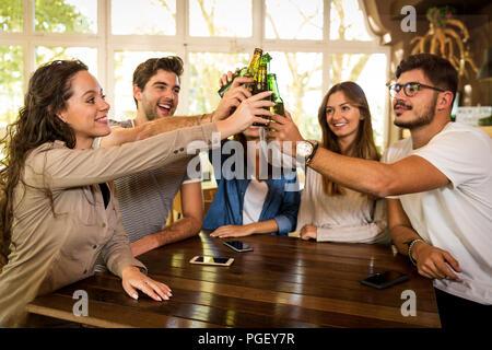 Groupe d'amis et de faire un toast avec de la bière Banque D'Images