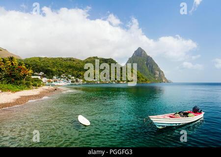 Sable blanc plage tropicale idyllique avec vue sur montagnes Piton à Sainte Lucie Caraïbes