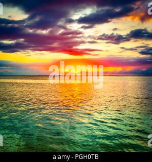 La mer au coucher du soleil. Un paysage extraordinaire. L'île Maurice. Banque D'Images