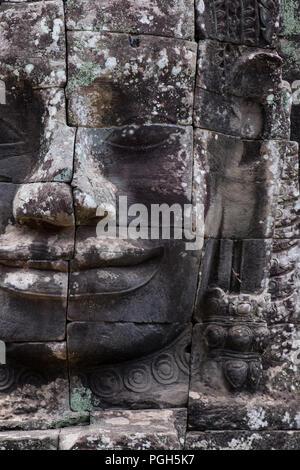 L'un des nombreux smiling sculpture sur pierre au temple de Bayan, Siem Reap au Cambodge Banque D'Images