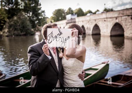 Vue arrière de jeunes Européens en train de marcher le long de la rivière sur le jour du mariage à Stratford upon Avon, Royaume-Uni Banque D'Images