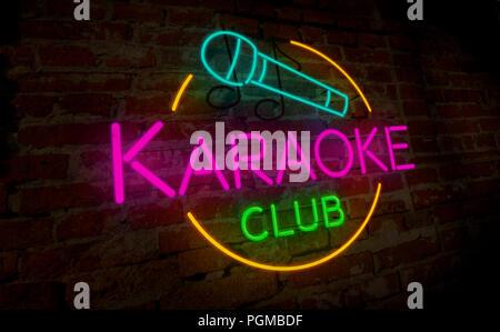Lampe néon club de karaoké sur mur de briques. Lettrage léger rétro signe. Vintage 3D illustration.