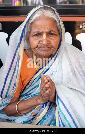 Une vieille femme Bengali dans un sari à la marge de la Queens Parade Rathayatra à Richmond Hill. Banque D'Images