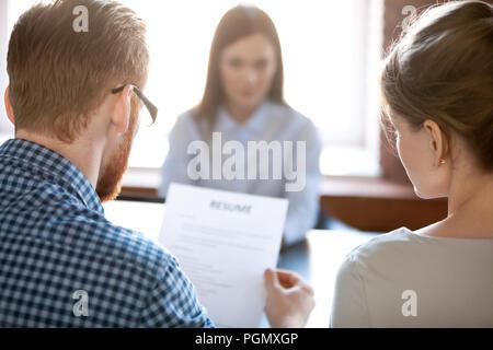 Lecture recruteurs candidate reprendre durant les interviews. Banque D'Images