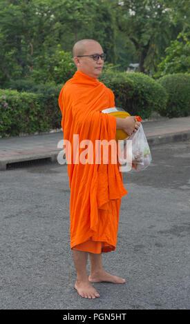 Le moine bouddhiste transportant l'aumône Bangkok Thaïlande Banque D'Images