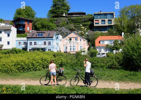 Biker sur Elbe cycle path dans Blankenese, Hambourg, Allemagne, Europe Banque D'Images