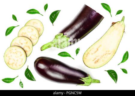 Ou l'aubergine aubergine isolé sur fond blanc décoré de feuilles vertes. Vue d'en haut. Motif de mise à plat Banque D'Images