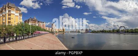 ASTANA, Kazakhstan - 3 juillet 2016: remblai de l'Ishim Banque D'Images