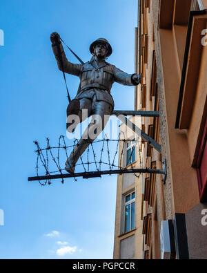 Berlin, Mitte.Conrad Schumann,Memorial sculpture.soldat saut garde-frontières est-allemands, Conrad Schumann, saute par-dessus des barbelés pour échapper à l'Est Banque D'Images