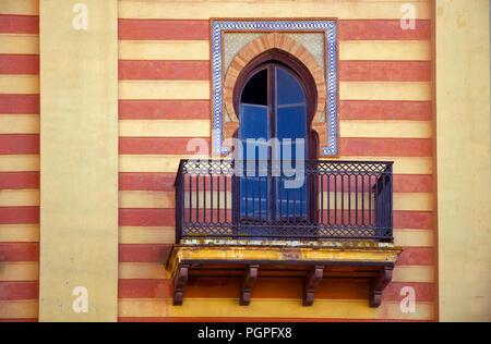 Fenêtre de décoration de style espagnol sur le mur jaune rayée rouge Banque D'Images
