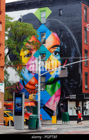 New York, NY, USA. 28 août, 2018. Les habitants de l'East Village de Manhattan à pied passé récemment une image colorée, peint de Michael Jackson par muraliste Brésilien Eduardo Kobra pour célébrer le roi de la Pop de 60 ans.