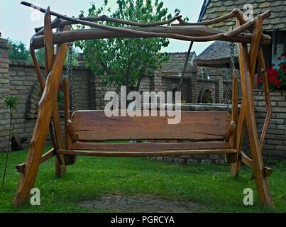 Retro conçu en bois à l'ancienne basse-cour en hamac Banque D'Images