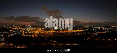 Vue panoramique du Mont des Oliviers vers le Dôme du Rocher et la mosquée Al-Aqsa construite au dessus du Mont du Temple, connu sous le nom de Al Aqsa composé ou de Haram al-Sharif, dans la vieille ville de Jérusalem Israël Banque D'Images