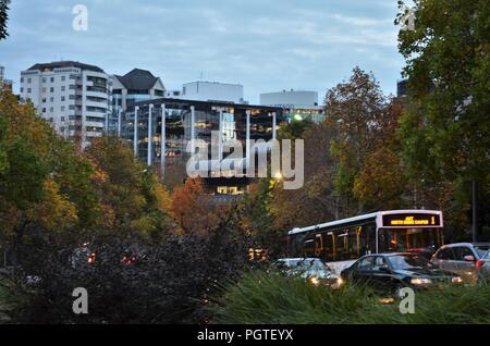Le trafic avec les voitures et bus à Auckland durant la saison d'automne