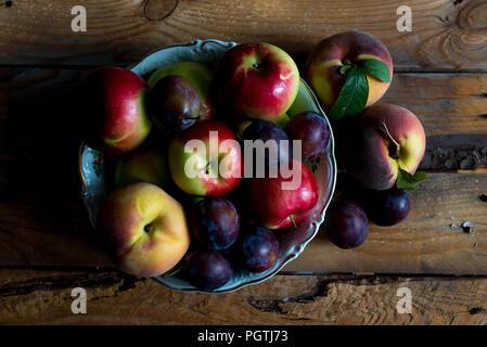 Jardin des fruits d'été dans un bol sur une table en bois, vue du dessus Banque D'Images
