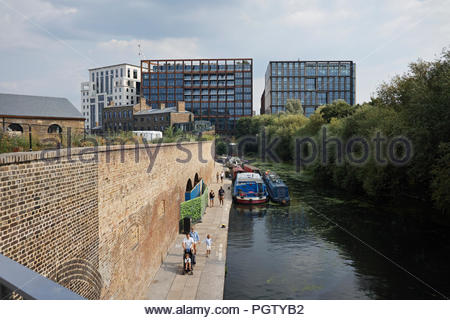 Les gens sur le chemin de halage du Regents Canal : Kings Cross, London Banque D'Images