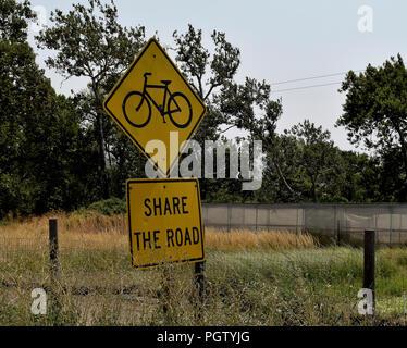 Partager la route avec les vélos signe de la circulation en Californie Banque D'Images