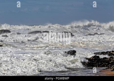 Avec les vagues de la mer blanche dans la côte portugaise Banque D'Images