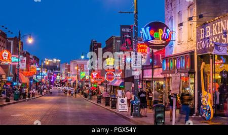 Memphis Beale Street la nuit à Memphis, Tennessee, USA. Banque D'Images