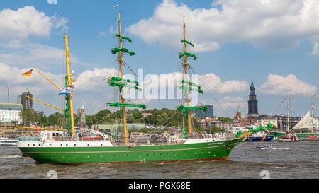Voilier historique sur l'Elbe, en face de St Pauli Piers, port de Hambourg, derrière l'église St Michel Michel Banque D'Images