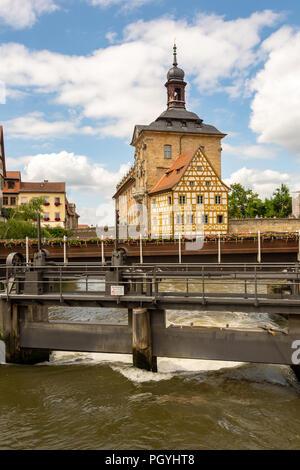 BAMBERG, ALLEMAGNE - le 19 juin: les touristes à l'hôtel de ville historique de Bamberg, Allemagne le 19 juin 2018. Le célèbre hôtel de ville a été construit au 14ème siècle Banque D'Images