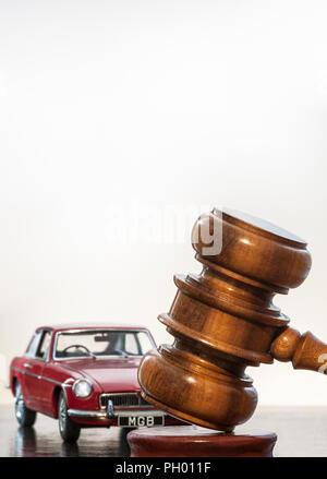 Concept de vente aux enchères de voitures classiques de l'image red classic vintage 1969 MGB GT avec les commissaires-priseurs marteau dans classic car auction situation Banque D'Images