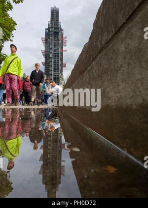 Westminster. Londres. UK 29 Aug 2018 - Réflexion de Big Ben et les touristes en flaque d'eau après la pluie tôt le matin dans le centre de Londres. Credit: Dinendra Haria/Alamy Live News Banque D'Images