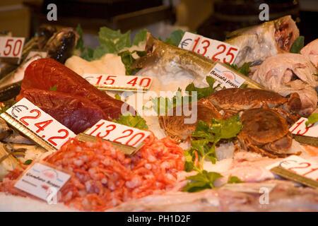 Close-up d'un décrochage à la vente du poisson dans la Pescharia, Rialto, San Polo, Venise, Italie: le thon, les crevettes, le crabe et d'autres poissons sur l'affichage au petit matin Banque D'Images