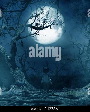 Garçon de marcher seul la nuit au clair de lune,garçon perdu dans la forêt hantée,3d rendering pour couverture de livre ou de l'illustration du livre Banque D'Images