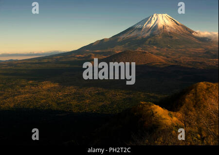La photo montre le Mt Fuji vu de près du lac Shoji à Fujikawaguchiko Town City, préfecture de Yamanashi au Japon. L'iconique Japon Mt. et ses environs, qui Banque D'Images