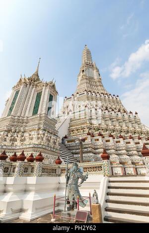 Belle vue sur décorées Wat Arun temple à Bangkok, en Thaïlande, lors d'une journée ensoleillée. Banque D'Images