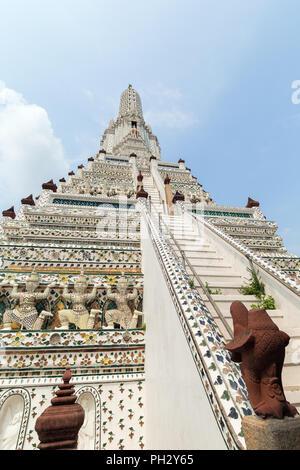 Low angle view of decorated Wat Arun temple à Bangkok, en Thaïlande, lors d'une journée ensoleillée. Banque D'Images