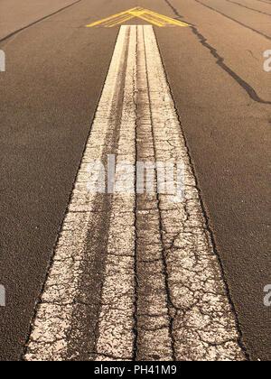 Panneau de flèche peint sur l'asphalte de l'ancienne piste à Tempelhofer Feld à Berlin, Allemagne à l'été 2018. Banque D'Images