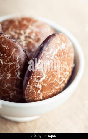 Gingerbread cookies dans un bol Banque D'Images