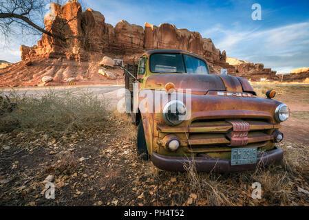 1981 Dodge Ram déserte véhicule stationné dans la région de Bluff, Utah Banque D'Images