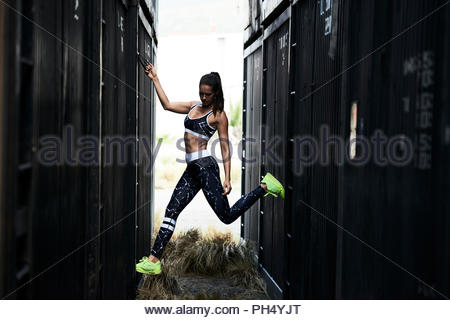 Woman wearing sportswear par conteneur Banque D'Images