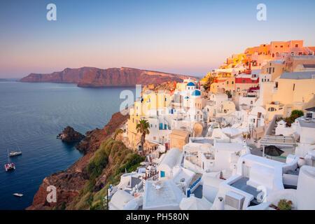 Oia, Santorin. Image du célèbre village de Oia situés à l'une des Cyclades île de Santorin, le sud de la mer Egée, en Grèce. Banque D'Images