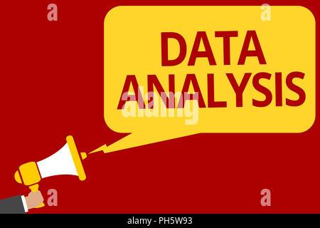 Texte de l'écriture l'écriture l'analyse des données. Sens Concept traduire les chiffres de prévision Conclusion analytique Man pointing speec haut-parleur Banque D'Images
