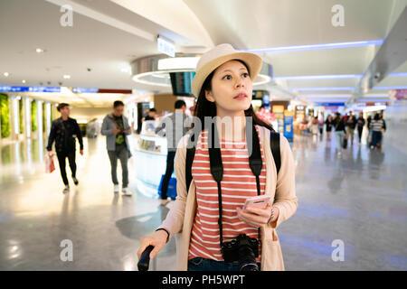 La recherche des visiteurs quelque chose de comptoir de service. Voir la moitié du corps dans l'aéroport.