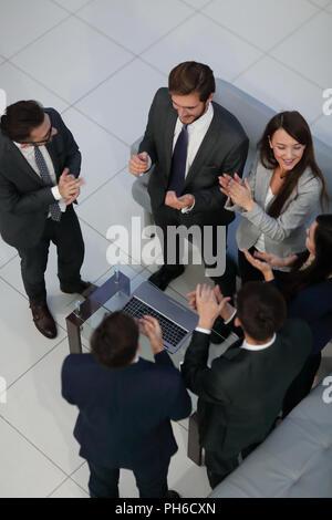 L'équipe d'affaires high fiving au bureau Banque D'Images