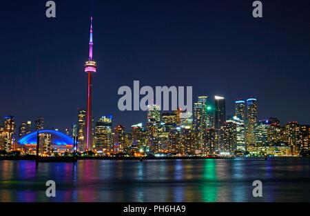 Soirée dont le centre-ville de Toronto Skyline bâtiments Tour CN, Roger's Centre et bureau gratte-ciel en front de mer et du quartier financier Banque D'Images