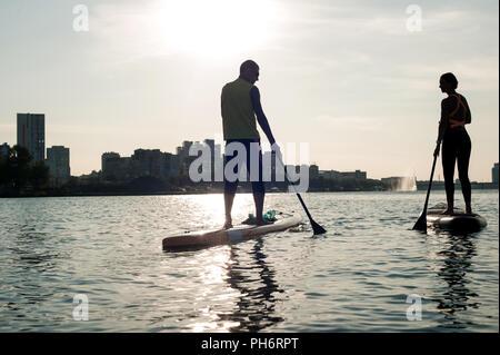 Relations sérieuses in Beach couple on stand up paddleboard, belle silhouette d'un couple amoureux, fonds d'écran pour un site web ou d'un ordinateur Banque D'Images