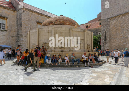 Rassemblement de touristes autour de la grande fontaine d'Onofrio ou grande fontaine d'Onofrio l'intérieur des murs de la ville de la vieille ville, Dubrovnik, Croatie