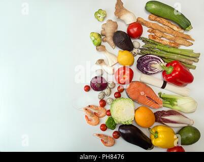Collection Jeu de mise à plat avec différents types d'aliments légumes fruits de mer sur fond blanc. Concept d'une saine alimentation. Les frais généraux. Copier l'espace. Banque D'Images