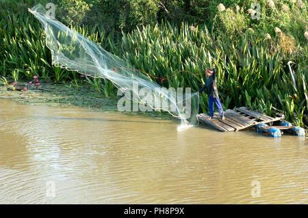 La pêche au filet en fonte - Pêche - Jeter de la rive sud de la Thaïlande - Pêche à l'épervier - depuis la rive - Sud de la Thaïlande Banque D'Images
