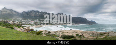 Panorama de la côte de Camps Bay, Clifton, Cape Town, Afrique du Sud, avec les douze apôtre montagnes derrière elle. Banque D'Images