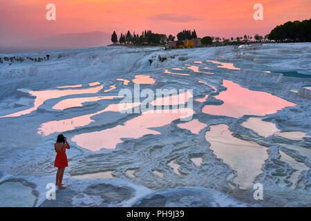 Terrasses calcaires de Pamukkale, l'heure du coucher du soleil à Pamukkale, Turquie Banque D'Images