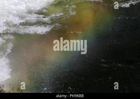 Chutes d'eau arc-en-ciel. En cascade arc-en-ciel sur barrage. Arc-en-ciel colorés en projections d'eau. L'eau tombe de haut et se bloque avec arc multicolores. Waterfa Banque D'Images