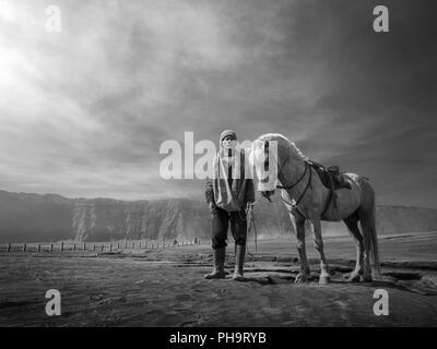 Un cheval-cavalier dans le Mont Bromo Banque D'Images